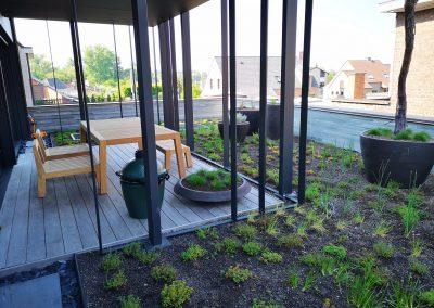 Heerlijk ontspannen tussen het groen, zelfs op een dakterras is het mogelijk. Hier werd een combinatie van voornamelijk eetbare kruiden toegepast om een natuurlijk kader te creëren.